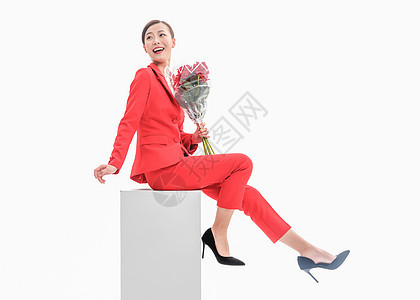 红西装女性手拿玫瑰图片