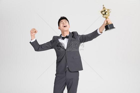 商务人士举奖杯图片