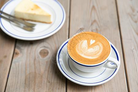 拉花咖啡配芝士蛋糕图片