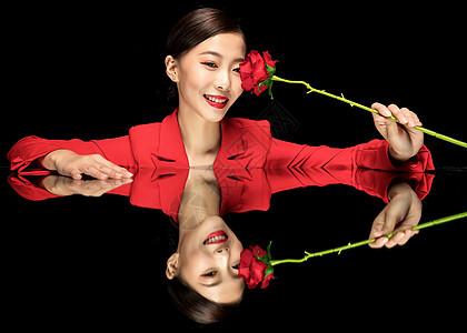红西装美女与玫瑰图片