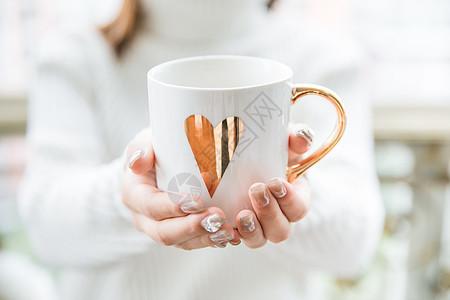 美女冬季手捧杯子图片