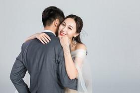情侣拥抱彼此图片