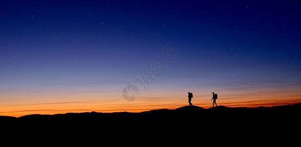 行走在晨曦里的徒步者图片