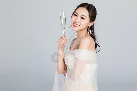 优雅的女人手拿香槟酒杯图片
