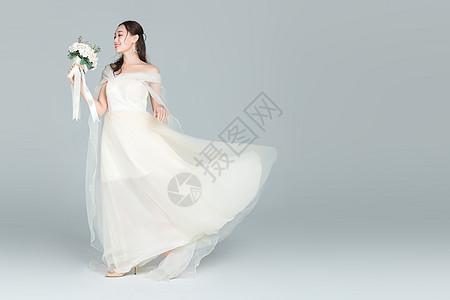 拿手捧花的伴娘图片
