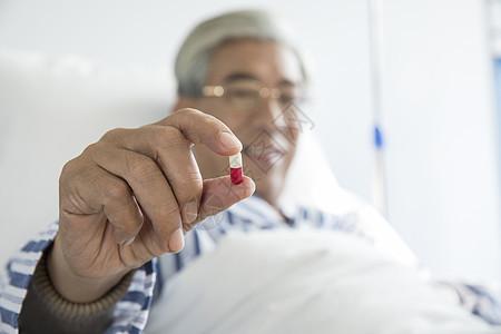 老年病人病床吃药图片