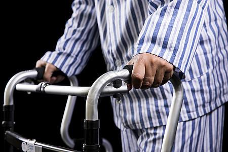 老人病护老年助步器图片