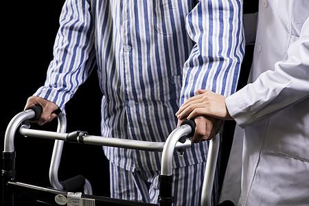 老年病护医生搀扶图片