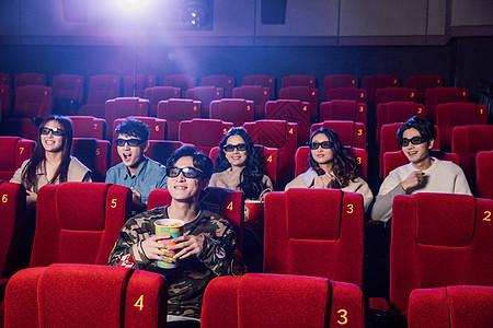 年轻朋友聚会看电影图片