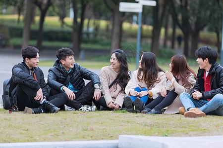 青年聚会围坐在草地上图片