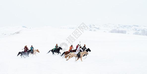 雪地上奔驰的骏马图图片