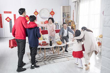 新年家庭聚会交谈图片