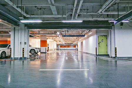 地下停车场宽敞的行车道图片