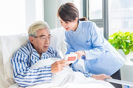 护理人员叮嘱老人用药图片