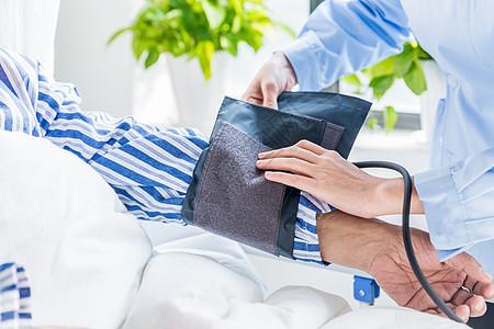 医护人员为患者测量血压图片