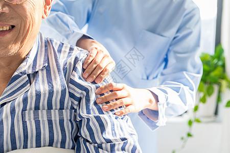 护工为老人捏肩图片