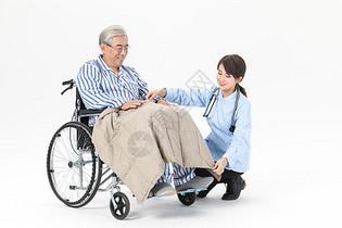 护工为老人盖毯子图片