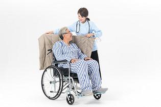 护工为老人盖披肩图片