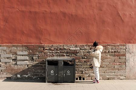 北京故宫红墙旁的人picture