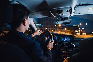 专车司机夜间驾驶图片