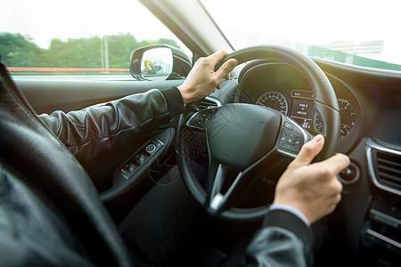 专车司机驾车行驶图片