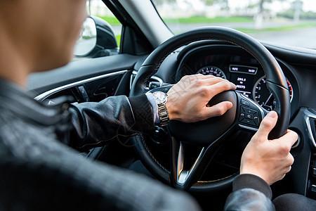 司机握方向盘鸣笛图片