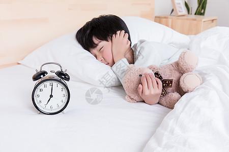 不想起床的小男生图片