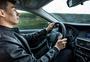 年轻男子开车图片