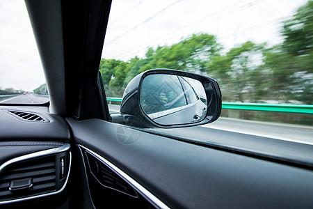 行驶中的汽车后视镜图片
