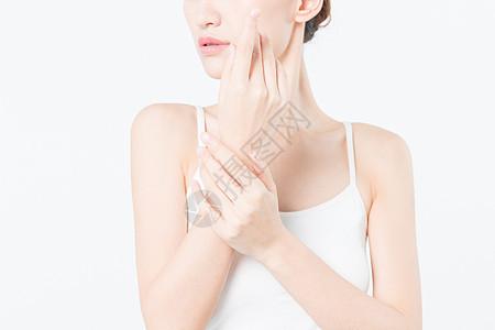 女性护肤手势特写图片