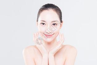 女性护肤和裸色美甲图片