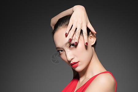 年轻女性红色美甲图片