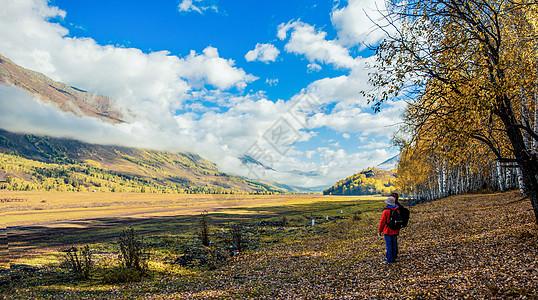 欣赏秋景的背包客图片