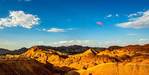 丹霞地貌挑战滑翔伞图片