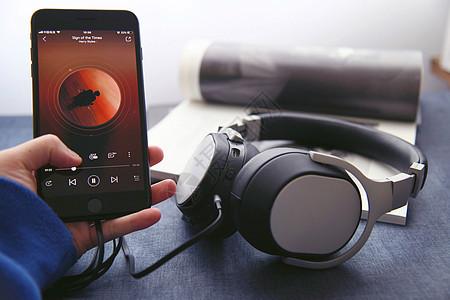 播放音乐的蓝牙无线耳机图片
