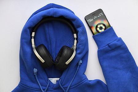 播放音乐的运动蓝牙耳机图片