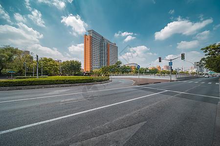空旷无车的城市街道图片