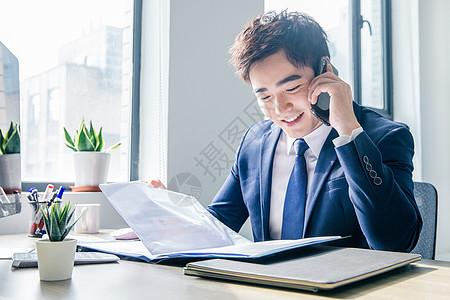 商务男士办公室打电话图片