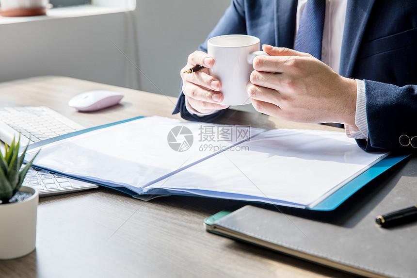 商务男士办公喝咖啡图片