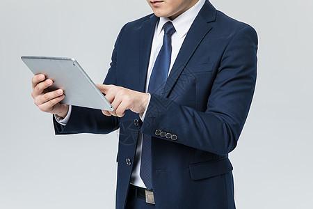 商务男士使用平板电脑图片