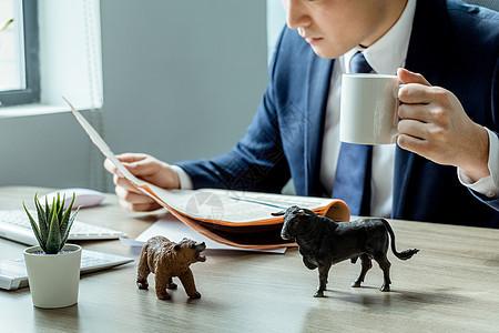 商务男性看金融报纸图片