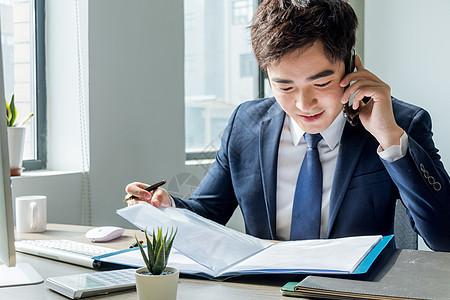 商务男性电话会议图片