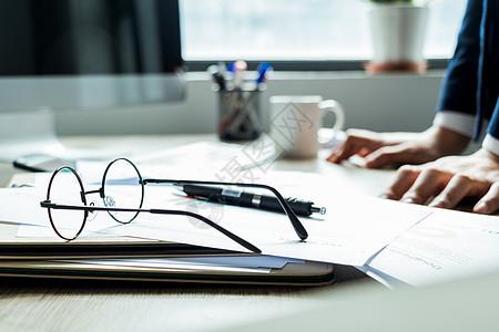 职场商务男士办公桌图片