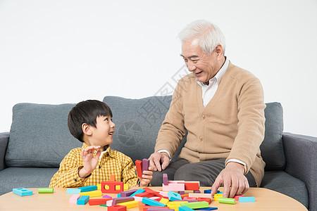 祖孙沙发上玩积木图片
