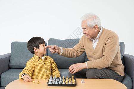 祖孙沙发上玩国际象棋图片