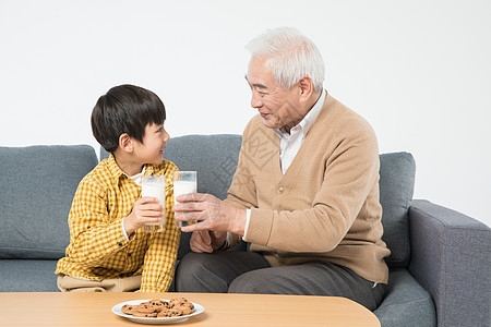 祖孙沙发上喝牛奶吃早餐图片
