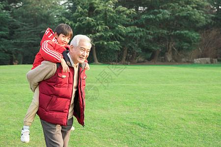 爷爷公园背着孙子图片