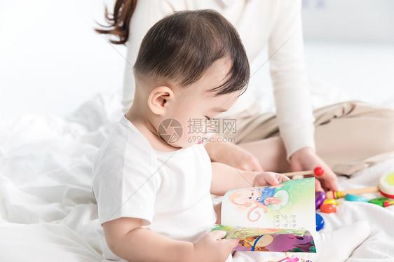 婴儿翻阅书籍图片
