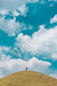 山顶的人图片
