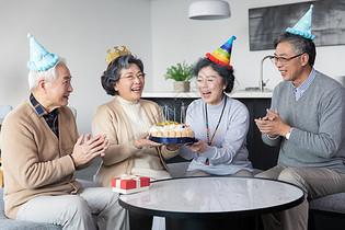 老年聚会过生日图片